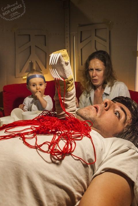 padres que recrean escenas de pelis con su bebe alien