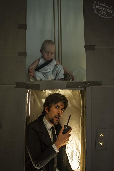padres que recrean escenas de pelis con su bebe jungla de cristal