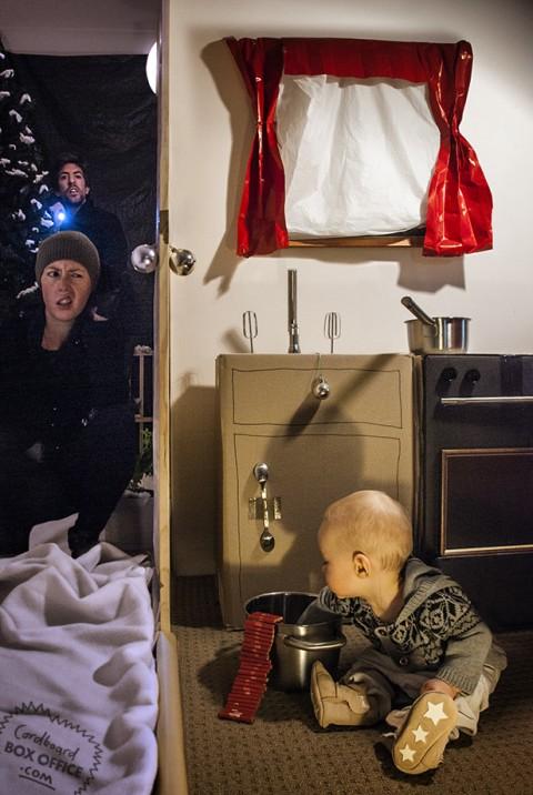 padres que recrean escenas de pelis con su bebe solo en casa
