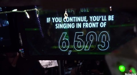 carol karaoke, la acción de heineken en directo que retransmitía tu actuación a miles de personas05