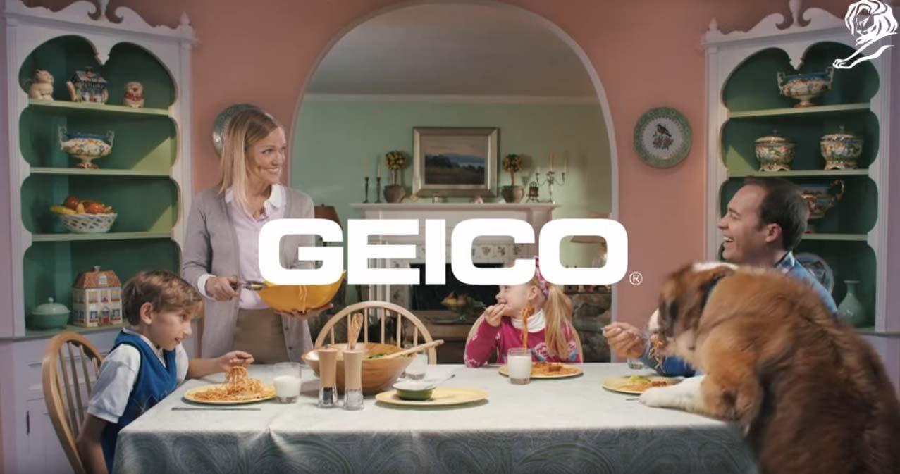 en este anuncio de youtube una familia feliz está cenando en casa y aparece un perro