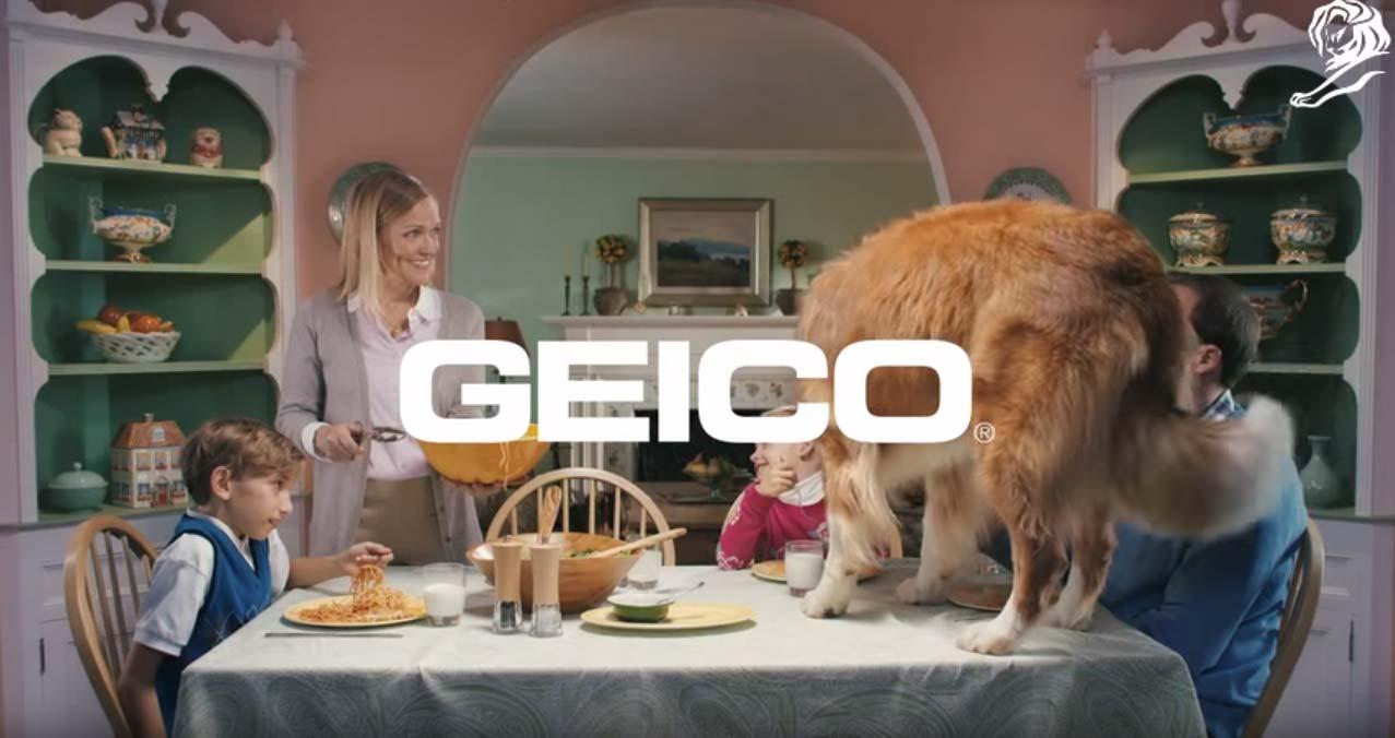 en este anuncio de youtube una familia feliz está cenando en casa. el perro se sube en la mesa