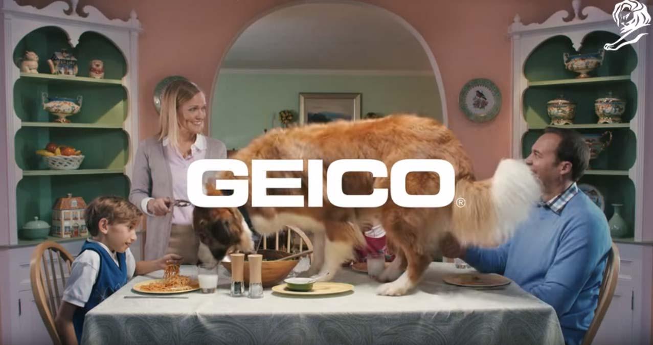 en este anuncio de youtube una familia feliz está cenando en casa. el perro se come la comida de la mesa