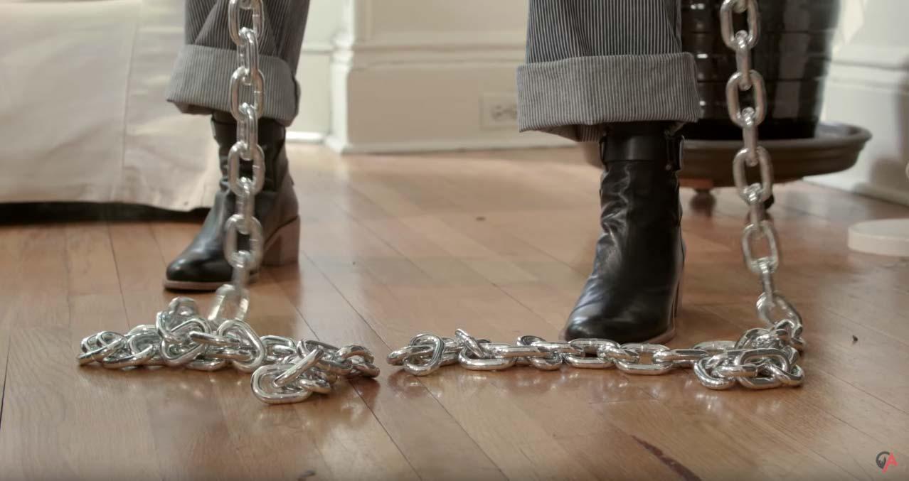 tus vecinos de arriba jugando con cadenas gigantes para despertarte