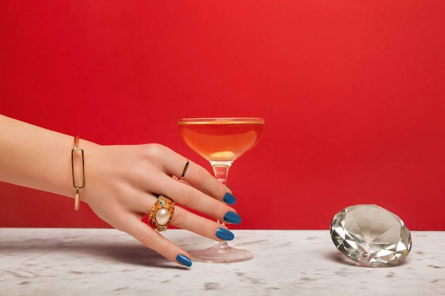 las fotografías coloristas de aleksandra kingo molan. copa de champán y diamante
