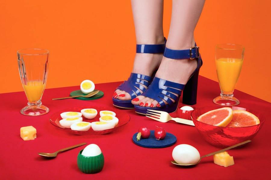 las fotografías coloristas de aleksandra kingo molan. zapatos sobre la me de la comida.