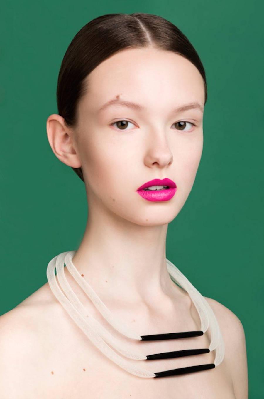 las fotografías coloristas de aleksandra kingo molan. mujer collar