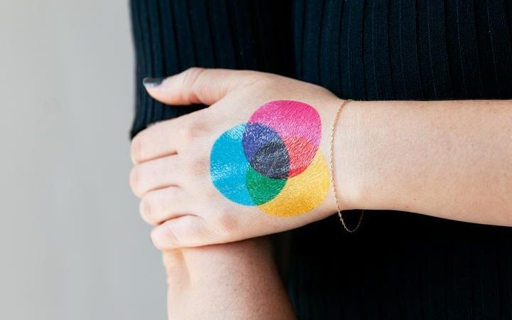 regalo número 1. un tatuaje en cmyk sobre la mano de una persona